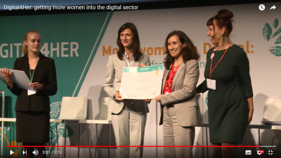 Amélia Santos recebe o certificado do evento Digital4Her